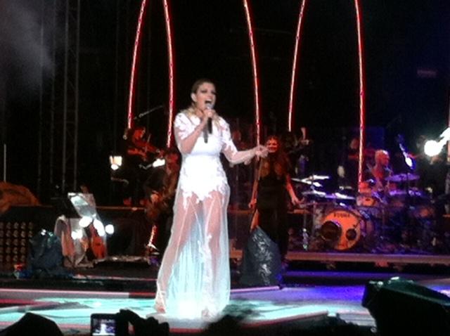 Emma in abito da sposa a inizio concerto
