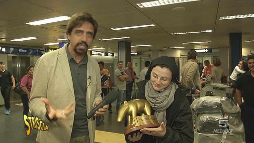 Suor Cristina rivece il Tapiro da Valerio Staffelli
