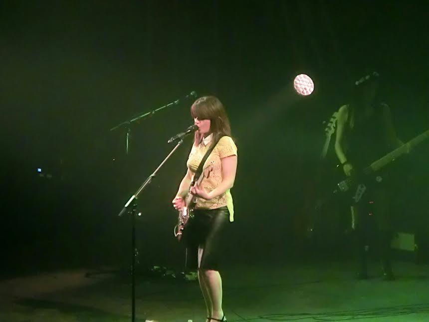 Carmen Consoli alla chitarra