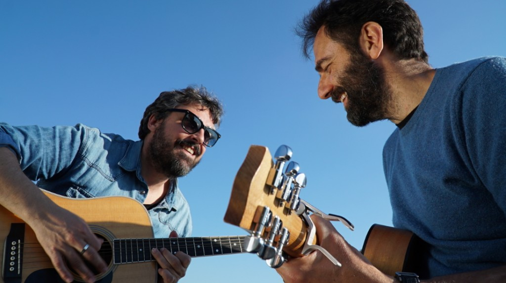 Brunori e Marcorè alla chitarra