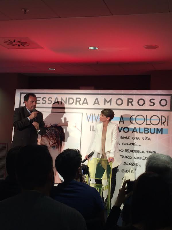 """Alessandra Amoroso durante la presentazione di """"Vivere a colori"""""""