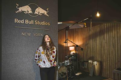 Joan Thiele negli studi Red Bull