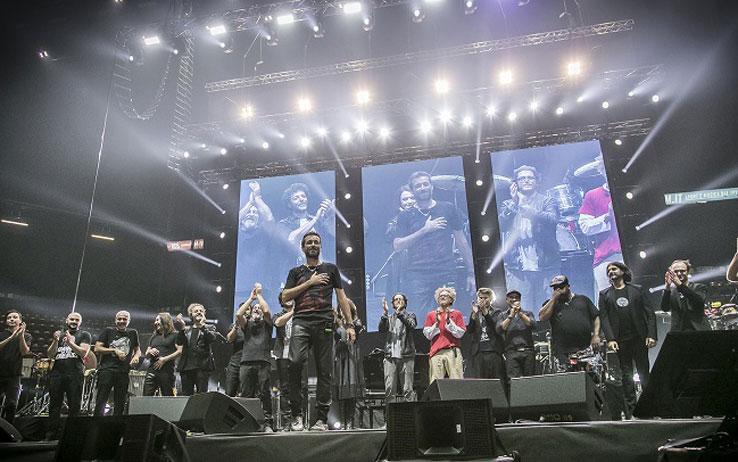 Gran finale: tutti sul palco con Daniele Silvestri  (foto di Umbi Meschini)