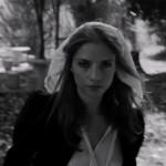 Eleonora Betti ci canta la poesia del Coniglio Bianco: il video